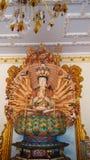 Guan Yin con las manos de los diez milésimos en templo chino Imagen de archivo libre de regalías