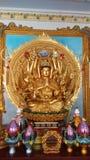Guan Yin med tio tusen händer i kinesisk tempel Arkivbild