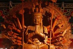 Guan Yin skulptur tusen räcker Arkivbild