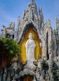 Guan Yin Statue blanco en la piedra Fotos de archivo libres de regalías