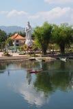 Guan Yin Statue an einem chinesischen buddhistischen Tempel auf der Bank von Fluss Kwai Lizenzfreie Stockfotografie