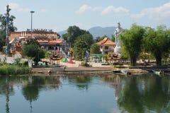Guan Yin Statue em um templo budista chinês no banco do rio Kwai Fotos de Stock