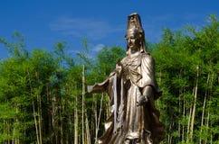 Guan Yin Statue i bambuträdgård Royaltyfria Bilder