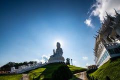 Guan Yin staty med den thailändska stilkyrkan i den Hyuaplakang templet royaltyfri foto