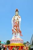 Guan Yin staty på bakgrund för blå himmel Royaltyfria Foton