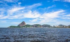 Guanabara fjärd på den soliga dagen med det Sugarloaf berget på bakgrunden, Rio De Janeiro arkivbild
