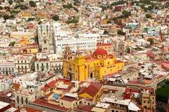 Guanajuato med basilikan och universitetet arkivbild