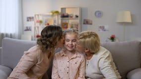 Guance bacianti di amore della figlia della nonna e della madre ed abbracciare, generazioni femminili stock footage