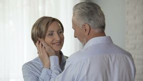 Guancia foggiante a coppa maschio invecchiata della donna che mette la sua fronte contro la sua, sensibilità amorose video d archivio