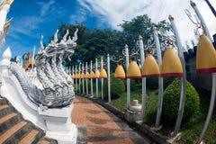 Guandian utomhus- orm och rad av klockan i buddistisk tempel Arkivbilder