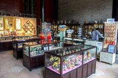 Guangdong, un'attrazione turistica famosa in Cina, negozi di vendite delle arti di piega e mestieri in Chen Clan Academy immagine stock libera da diritti