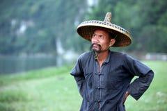 GUANGXI - JUNI 18: Kinesisk man i gammal hatt i den Guangxi regionen, tra Fotografering för Bildbyråer