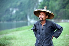 GUANGXI - JUNI 18: Kinesisk man i gammal hatt i den Guangxi regionen, tra Royaltyfria Bilder