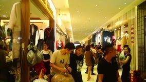 Guangzhou, Κίνα: hongmian διεθνές τοπίο αγοράς μόδας, χονδρικές πωλήσεις του πιό πρόσφατου ιματισμού, πολλοί αγοραστές ιματισμού  απόθεμα βίντεο