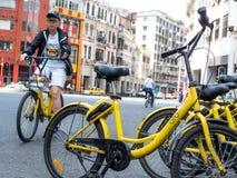 Guangzhou, ΚΙΝΑ 27 ΜΑΡΤΊΟΥ 2018: Το Ofo είναι ένα δημοφιλές ποδήλατο μοιραμένος την πλατφόρμα όπου οι χρήστες αρπάζουν τα ποδήλατ στοκ φωτογραφία