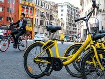 Guangzhou, ΚΙΝΑ 27 ΜΑΡΤΊΟΥ 2018: Το Ofo είναι ένα δημοφιλές ποδήλατο μοιραμένος την πλατφόρμα όπου οι χρήστες αρπάζουν τα ποδήλατ στοκ φωτογραφίες με δικαίωμα ελεύθερης χρήσης