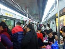 Guangzhou, China: estação de metro e carro de metro, paisagem do passageiro Fotos de Stock Royalty Free
