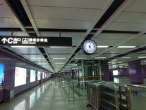Guangzhou, China: estação de metro e carro de metro, paisagem do passageiro Imagens de Stock Royalty Free
