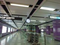 Guangzhou, China: estação de metro e carro de metro, paisagem do passageiro Fotografia de Stock