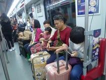 Guangzhou, China: estação de metro e carro de metro, paisagem do passageiro Imagem de Stock