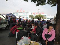 Guangzhou, China: Hogar de precipitación de la gente para el festival de primavera fuera del término de autobuses del ferrocarril foto de archivo