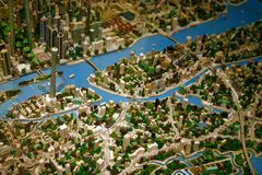 Guangzhou, China - Juli 11, 2018: Lay-out Architecturaal model op grote schaal van de stad van Guangzhou stock foto's