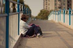Guangzhou, China - MAART 15, 2016: Dakloze mensenslaap dichtbij de weg Royalty-vrije Stock Foto's