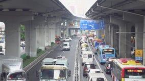 Guangzhou Chiny, Maj, -, 2019: Miastowa autostrada z ruchem drogowym pod mostami w Chiny ?rodki Ruchliwie ruch drogowy podczas go zbiory
