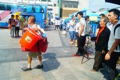 Guangzhou, Chiny: guangzhou staci kolejowej kwadrata krajobraz, zwyczajni goście, ordynans obrazy stock