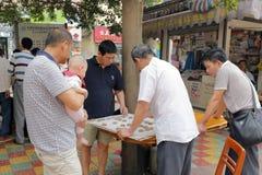 Guangzhou folk som spelar kinesiskt schack Royaltyfri Fotografi