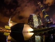 Guangzhou Kina, 06 Juni 2019: Nattlandskap av den Guangzhou operahuset med reflexionen med vatten- och stadsskyskrapor det arkivbild