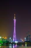 Guangzhou-Kontrollturm in der Nachtstadt Stockfotografie