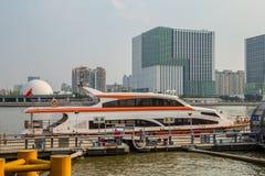Guangzhou Pearl River em ambos os lados do cenário, o lado de Pearl River de um cais Imagens de Stock Royalty Free