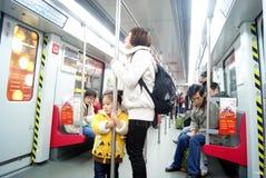 Guangzhou-Porzellan: nehmen Sie die Untergrundbahnfluggäste Lizenzfreie Stockfotos