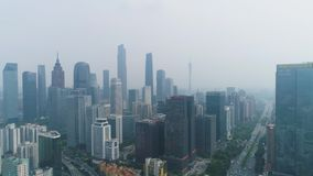 Guangzhou stadshorisont och smog Guangdong Kina flyg- sikt lager videofilmer