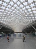 Guangzhounan järnvägsstation, stor modern stångterminal i Guangzhou, Kina royaltyfria foton