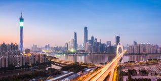 Guangzhoupanorama in het vallen van de avond royalty-vrije stock fotografie