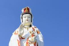 GuanineBuddhastaty på blå himmel, royaltyfri fotografi