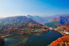 Guanmenshan水库和秋天森林 库存图片
