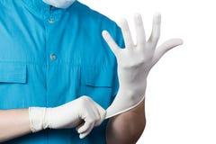 Guante blanco del cirujano de la ropa masculina desconocida del doctor en la mano Imágenes de archivo libres de regalías