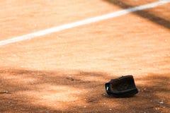Guante de béisbol en el campo Fotografía de archivo