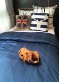 Guante de béisbol que pone en la cama adornada para el hogar, sala de exposición del condominio Imagenes de archivo