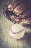 Guante de cuero usado viejo y gastado del deporte del béisbol sobre envejecido Fotos de archivo