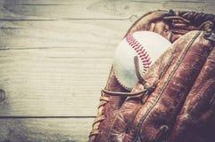 Guante de cuero usado viejo y gastado del deporte del béisbol sobre envejecido Fotos de archivo libres de regalías