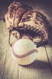 Guante de cuero usado viejo y gastado del deporte del béisbol sobre envejecido Foto de archivo libre de regalías