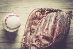Guante de cuero usado viejo y gastado del deporte del béisbol sobre envejecido Imagenes de archivo