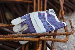 Guante de trabajo del algodón en colocaciones oxidadas Foto de archivo libre de regalías