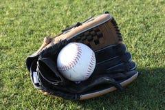 Guante del beísbol con pelota blanda centrado Fotos de archivo libres de regalías