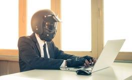 Guante del desgaste de Concept Typing Laptop del hombre de negocios de la inteligencia artificial del AI del vintage en Ministeri imagen de archivo libre de regalías