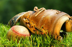 Guante viejo y béisbol imagen de archivo libre de regalías
